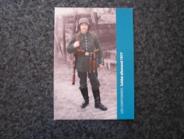 Carte Postale LES UNIFORMES Soldat Allemand 1917 Guerre 14 18 Reproduction Colorisée Grand Format 21 X 15 - Militaria