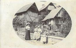 Groupe De Femmes Et Enfant Dans Un Village Rhône-Alpes En 1909, à Identifier - Signé Et. Favier - Te Identificeren