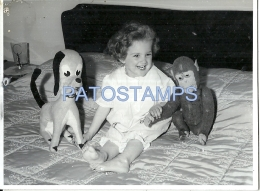 53570 REAL PHOTO GIRL WITH DOG AND MONKEY TOY 11.5 X 8.5 CM NO POSTAL POSTCARD - Alte Papiere