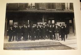 Photo Ancienne Prise Dans Une Gare Non Identifiée - Beauvais Ou Alentours Oise - Homme Chapeau Costume - 12X16cm - Chemin De Fer