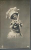 ! - Enfant - Petite Fille Avec Son Ombrelle Et Fleurs En Main - Groupes D'enfants & Familles