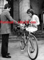 Reproduction D'une Photographie D'un Jeune Homme Aidant Une Jeune Femme En Bas à Monter Sur Une Bicyclette - Reproductions