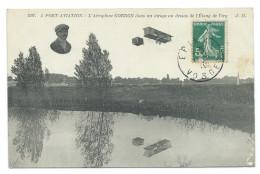 L´AVIATEUR JEAN GOBRON (1885-1945) Sur Aéroplane Dans Un Virage Au Dessus De L´Étang De VIRY (Essonne) - Aviateurs