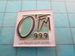 PIN316c Pin´s Pins /    MEDIAS : STATION DE RADIO O' FM 99.9 MHZ  LA RADIO SUR SEINE       INSCRIPTION AU DOS ,  Voir Ph - Mass Media