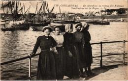 CONCARNEAU (29) En Attendant La Rentrée Des Bâteaux  Sardinières Sur La Digue - Très Belle Carte - Concarneau