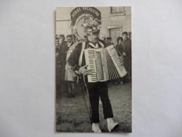 Photo : L'homme Orchestre Remplace 5 Musiciens - Instruments De Musique