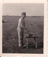 Foto Deutscher Soldat Bei Morgentoilette - 4*5cm (24014) - Krieg, Militär