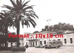 Reproduction D'une Photographie D'un Ancien Bus Garé Devant La Gare De Menton - Reproductions