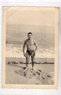 1959 - ALGERIE - SURCOUF - HOMME EN MAILLOT DE BAIN A LA PLAGE - PHOTO 12.5 X 9 CM - Lieux