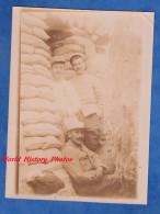 Photo Ancienne - Portrait De Poilu Dans Une Tranchée / Abri - Voir Uniforme , Médaille - Trench Front WW1 - War, Military