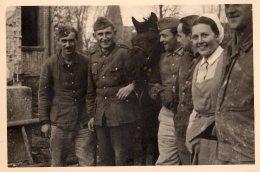 Photo Originale Guerre 39-45 - Portrait De Famille - Soldats Allemands, Cheval Et Couple De Fermiers - - Oorlog, Militair