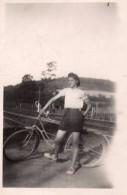 Photo Originale Vélo - Jeune Femme, Vélo Et Voie De Chemin De Fer En 1943 - Légende - Cyclisme