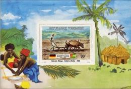 Togo 1984: Amitié Germano-Togolais Michel 1737 Block 230 Bauer Mit Ochsenpflug In Sansané Mango - Agriculture