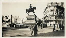 PHOTOS GUERRE 39 - 45 . ORLEANS SOUS LA BOTTE ALLEMANDE . JUIN 1940 A AOUT 1944 . PLACE DU MARTROI . - Guerra, Militari
