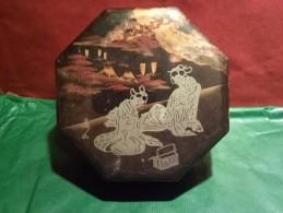 ANCIENNE BOITE JAPONAISE OCTOGONALE LAQUEE EN BOIS TRES BEAU MOTIF DEJEUNER DE GEISHA SUR FOND DE MER - Boîtes/Coffrets