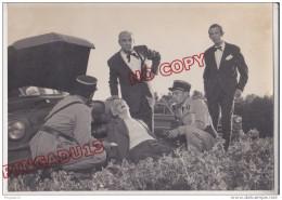 Au Plus Rapide Tournage Film ? Gendarme Voiture Ancienne Ford Vedette Beau Format 13 Par 18 Cm - Photos