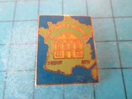 PIN1015a Pin´s Pins /   EDF GDF : Grand Et Rare Pin´s GDF HOTEL DE VILLE CARTE DE FRANCE HEXAGONE  UNE DEMARCHE DE PARTE - EDF GDF