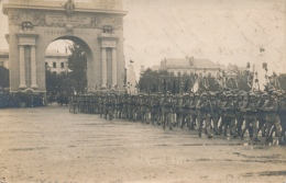 MILITARIA - Soldats Français Défilant Sous Un Arc De Triomphe - Equipment