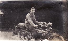 Photo Juillet 1917 JOUAIGNES (près Soissons) - Le Soldat Earnie Giroux Sur Sa Moto (A153, Ww1, Wk 1) - Motos