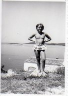 Girl At The Beach, Semi Nude; Fillette à La Plage, Demi-nue; Original Photo 6 X 8,5 - Personnes Anonymes