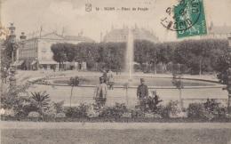 DIJON  Place Du Peuple. Carte Animée Deux Militaires Regardent Les Massifs, Des Femmes Discutent Sous Une Ombrelle, Cycl - Dijon