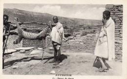 67Sm   Ethiopie Abyssinie Retour De Chasse La Mort Du Léopard En TBE - Ethiopia