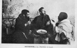 67Sm   Ethiopie Abyssinie Missionaires Nourris Par La Bécquée En TBE - Ethiopia