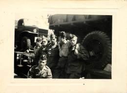 PHOTO MILITARIA . GROUPE DE COPAINS PRET A PRENDRE LE TRAIN . GMC . - Guerre, Militaire