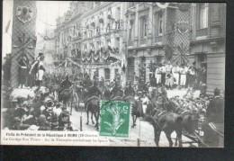51, VISITE DU Pdt DE LA REPUBLIQUE A REIMS, LE CORTEGE RUE THIERS, ARC DE TRIOMPHE SYMBOLISANT LES SPORTS - Reims