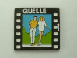 Pin´s QUELLE -  COUPLE EN PREMENADE - Pin-ups