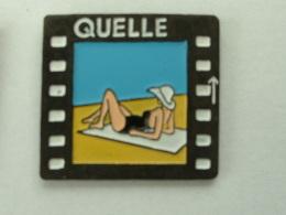 Pin´s QUELLE -  FEMME SUR LA PLAGE - Pin-ups