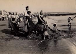 Photo Originale Plage Et Maillot De Bain - Famille Trônant Sur Son Château De Sable Et Regardant à L'Horizon Vers 1930 - Pin-Ups