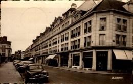 60-BEAUVAIS..PLACE JEANNE HACHETTE AVEC COMMERCES,VOITURES......CPSM PETIT FORMAT - Beauvais