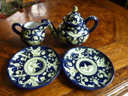 Ancien Ensemble Théière Pichet 2 Assiettes CARTOCETI PESARO - Ceramics & Pottery