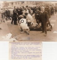 PHOTO DE PRESSE A.D.N.P-COMMERCANTS ET ARTISANS MANIFESTENT AU PARC DES PRINCE- 13/10/1969-DIM 18x12,5 Cms-photo E.LAMY - Métiers