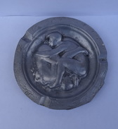 ANCIEN CENDRIER EROTIQUE EN ALUMINIUM (ANNEES 40-50) - Autres Collections