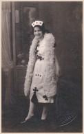 JEUNE FILLE En ROBE DE BAL MASQUÉ DÉCORÉE De SYMBOLES De CARTES à JOUER - CARTE VRAIE PHOTO / REAL PHOTO : 1925 (u-654) - Cartes à Jouer