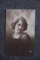 Jeune Femme Aux Perles Dans Les Cheveux - Femmes