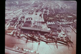 Photo Diapo Diapositive L´Europe Aérienne N°52 Royaume Uni Constructions Navales à Glasgow Bateaux Cargo VOIR ZOOM - Diapositives