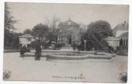 COGNAC EN 1915 - LE PLALAIS DE JUSTICE AVEC PERSONNAGES - CPA VOYAGEE - Cognac