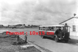 Reproduction D'une Photographie D'un Bus Parisien à L'aérodrome D'Orly En 1945 - Reproductions