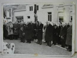 PT. 86. Ancienne Photo Des Prisonniers De Guerre Devant Le Monument Aux Morts De Stambruges - Lugares