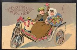 CPA FANTAISIE GAUFREE EMBOSSED RELIEF Tricycle Motocyclette Moto Couple Casquette Fleurs Trèfle Bonne Année #247 - Nouvel An