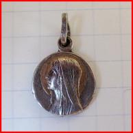 Médaille Religieuse Argent Silver ND Notre Dame De Lourdes Catholique Diamètre 1.2 Cm Etat TTB - Religion & Esotérisme