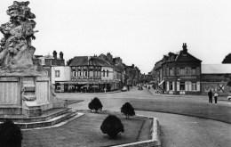 DPT 80 ABBEVILLE La Place Victor HUGO Rue De La Chaussée Du Bois - Abbeville