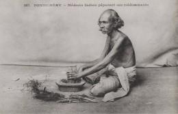 PONDICHERY - MEDECIN INDIEN PREPARANT SES MEDICAMENTS - Cartes Postales