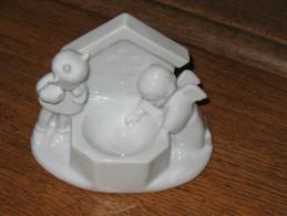 Très Joli Bénitier En Porcelaine Blanche  De La Firme TECO à Boix De Breux - Religion - Ange Et Diable  ( Liège) - Ceramics & Pottery