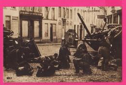 CPA  (RÉF : VV542) (MILITARIA , GUERRE 1914 1918 ) Retraite D'Anvers Soldat Belges Combattant Dans Une Rue - Guerra 1914-18