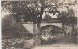 LA GUERCHE :Bords De L'Aubois,Pont De La Route De Bourges,Laveuses. - La Guerche Sur L'Aubois