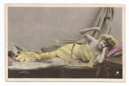 FEMMES - FRAU - LADY - Jolie Carte Fantaisie Portrait  Jeune FEMME   Couchée Sur Un Lit Robe Jaune - Femmes